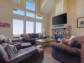 Expansive cabin w/ deck, lake/mountain views & Ping-Pong table!