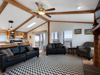 Dog-friendly cabin w/ a full kitchen, pool table, & access to Ideal Beach area!