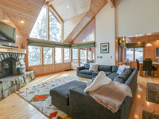 Spacious cabin w/ private hot tub, fireplace, pool table - near hiking & skiing