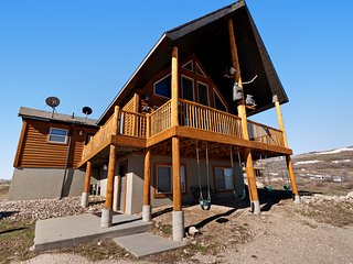 Breathtaking, family friendly cabin w/ a fun-filled game room - close to beaches