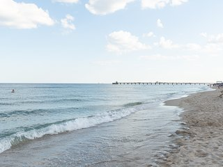 Perfectly located duplex apartment w/ patio - steps to beach/pier/town, dogs OK!