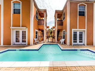 Lovely condo with shared pool, upgraded appliances - close to Bay and Gulf!