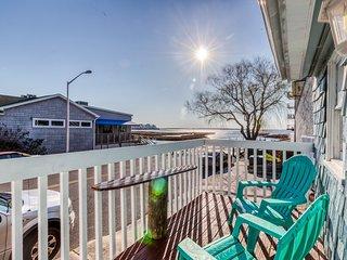 Adorable, waterfront beach cottage w/ bay view, full kitchen, & free WiFi!