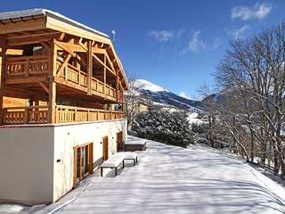 Chalet de montagne avec bain à remous + casiers à skis privatives, au coeur du