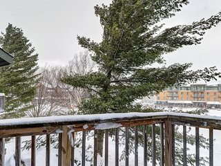 Ski-in/ski-out from this cozy condo w/ balcony & waterpark access