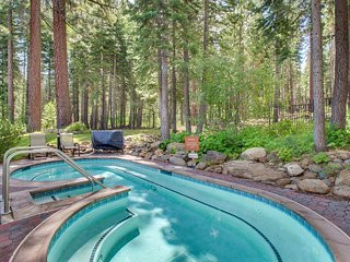 Condo w/ shared hot tub, pool, sauna, gym & tennis - 1 mile to Northstar slopes!