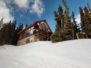 Spacious, newly-remodeled apartment w/ mtn. views, near hiking, fishing & skiing