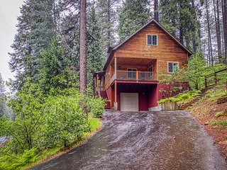 Inviting Sierra chalet w/custom kitchen, wood burning stove & shared pool