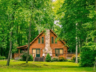 Mingo Lodge - Classic Cabin on Private Wooded Lot, Pool Table, Hot Tub, Pet Frie