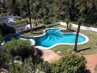 Situado a pocos minutos de Marbella y Puerto Banús, este  apartamento ofrece tod