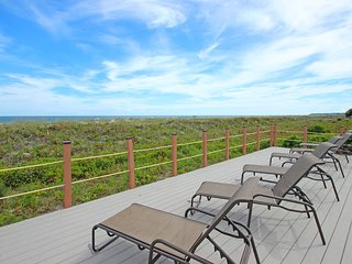 Lovely condo w/ ocean views, shared pool, hot tub, & sports courts!