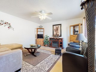 Comfortable condo w/ patio, shared pools/hot tub & quick access to freeways!