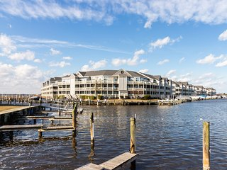 Waterfront condo w/ shared pool, tennis courts, furnished balcony, & free WiFi!