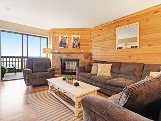 Mountain view condo w/ fireplace & screened deck - minutes to town/nat'l park!