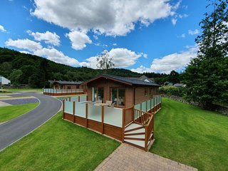 Luxury Lodge with Hot Tub in quiet area within walking distance to Betws-y-Coed