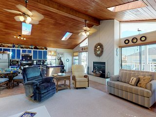 NEW LISTING! Oceanside home w/deck, fireplace and hammock - close to beach!