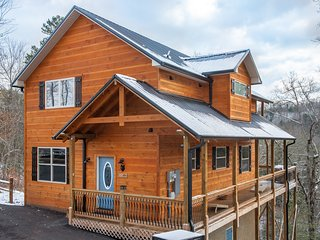 Amazing mountain view cabin w/ private hot tub & game room- dogs OK!