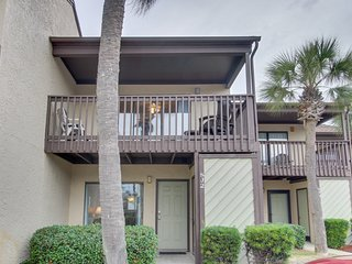 Resort condo w/ balcony, shared pools, hot tub & gym -near beach!
