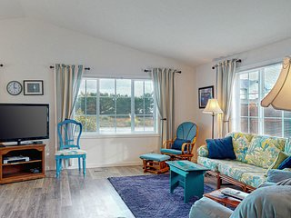 Bright, beach decorated, dog-friendly home close to town & ocean!
