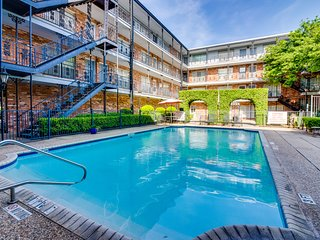 Stunning condo with shared pool - easy access to city attractions!
