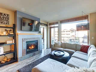 Luxury mountain view condo w/ community indoor pool & hot tub!
