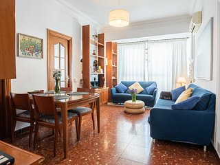 Salón con confortables, sofas, espacio de TV y lectura y mesa comedor