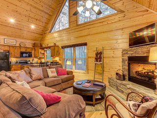 Discover mountain top cabin with private hot tub, pool table, & gas fireplace!