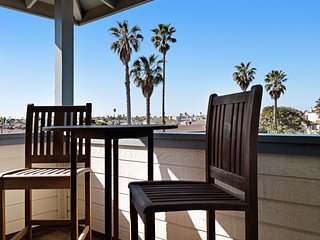 Family friendly condo w/ an enclosed yard & ocean views - walk to the beach!