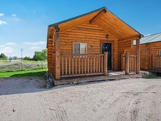 Log cabin w/ a kitchenette, large front porch, shared sports courts