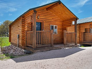 Cozy cabin for two w/ a kitchenette & free WiFi plus shared sports courts