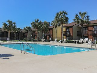 Beachy townhome w/ shared pool, tennis, & shuffleboard