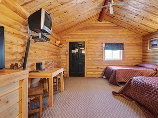 Cozy log cabin w/a large front deck, Free WiFi, near sports courts