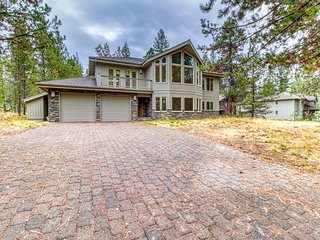 Beautiful large home w/12 SHARC passes, private hot tub & river across from home