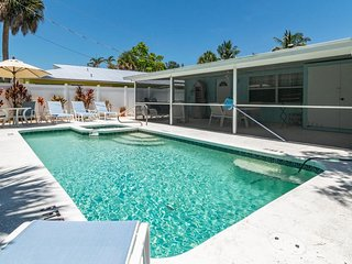 2BR 2BA Overlooking Pool, WIFI, Close to Beaches and Trolly Pet Friendly
