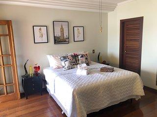 Casa espaçosa e muito arejada com 5 suítes em um bairro tranquilo e fácil acesso