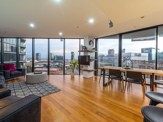 Luxury 3Bed-2Bath, 2 Free Parking amazing City Views