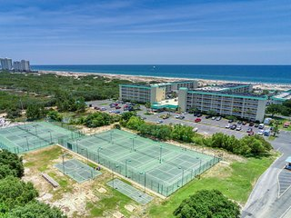 Spacious condo w/shared pools, hot tubs, on-site golf, near beach