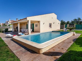 4 bedroom Villa with Pool, WiFi and Walk to Beach & Shops - 5698289