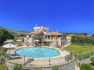 6 bedroom Villa with Air Con, WiFi and Walk to Beach & Shops - 5334412