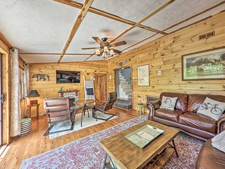 Cozy Getaway on Center Hill Lake w/ Treetop Decks!