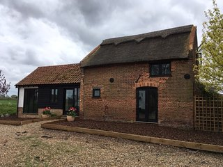 Lovely 17th century thatched barn in a quiet village, rural view - Nth Norwich