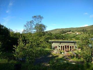 Maison en bois, écologique avec toit végétalisé et toilettes sèches