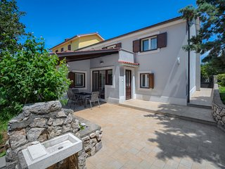2 bedroom Villa with Air Con, WiFi and Walk to Shops - 5802660
