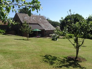 STUNNING 5* LUXURIOUS BARN, HOT TUB, LOG BURNER, QUIET PEAK DISTRICT LOCATION