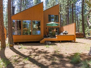 Charming and Upgraded Three Bedroom Cabin with Lake Views!