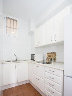 Cocina equipada con: menajes para cocinar, vajilla, cubertería y lo necesario para la limpieza.