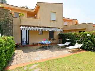 2 bedroom Apartment with Pool, WiFi and Walk to Beach & Shops - 5753804