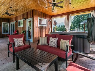 Meadow Wood Lodge, hot tub, WiFi, privacy, stunning acreage and Fido OK