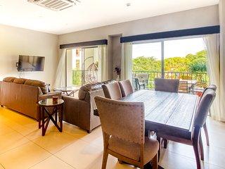 Bright condo w/ modern kitchen, balcony - beach nearby!