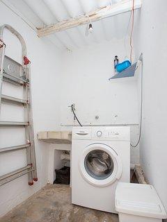 Cuarto de lavadero, con escalera. Dispone de un patio de tendedero comunitario.
